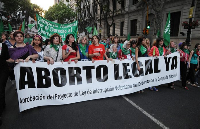 مظاهرات النساء بالأرجنتين دفاعا عن حق الإجهاض
