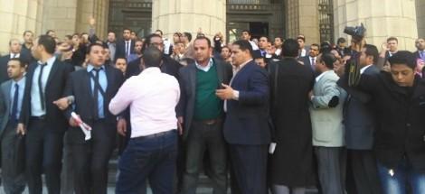 المحامون يتظاهرون أمام مكتب النائب العام للتنديد بتعذيب ومقتل المحامي الشاب كريم حمدي