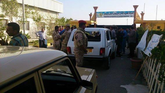 مستشار الحاكم العسكري أثناء دخوله مصنع البروبيلين