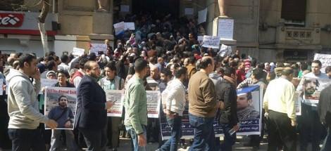 وقفة الأطباء أمام نقابتهم قبيل انعقاد الجمعية العمومية اليوم الجمعة