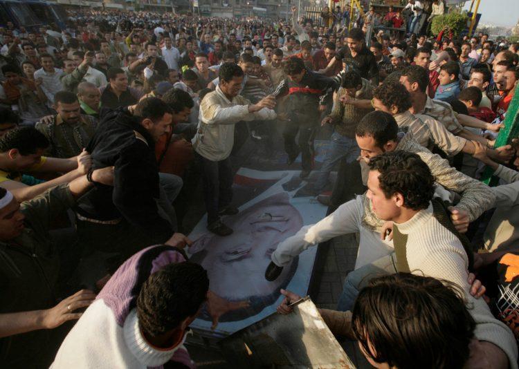 أهالي المحلة يحطمون صور الديكاتور المخلوع مبارك خلال الانتفاضة