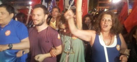"""يونانيون يحتفلون بانتصار """"لا"""" في استفتاء أمس"""