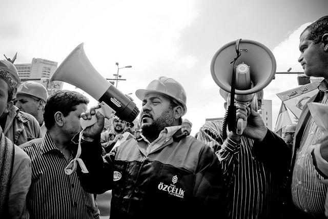 صورة أرشيفية | عمال المستقبل لصناعة الأنابيب