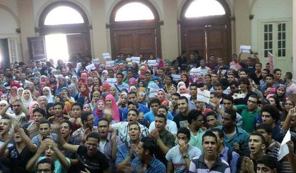 وقفة لطلاب «تجارة إنجليزي» بجامعة القاهرة