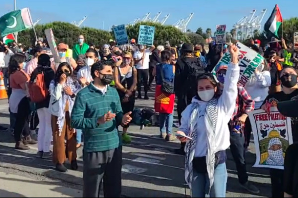 النشطاء والنقابيين الأمريكيين يحتفلون بمنع تفريغ حمولة السفينة الإسرائيلية في ميناء أوكلاند