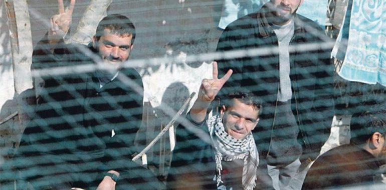 الأسرى الفلسطينيون.. صمود بطولي ونضال طويل