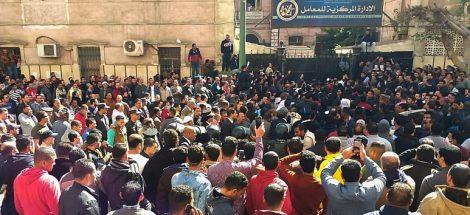 مواطنون مصريون أمام الإدارة المركزية للمعامل التابعة لوزارة الصحة - صورة أرشيفية