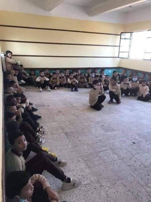 طلاب بدون مقاعد في أول أيام الدراسة 2020/2021 بمدرسة المثلث - الخانكة، القليوبية