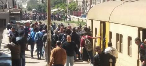 العشرات من أهالي العصافرة بالإسكندرية يقطعون خط سكك حديد أبو قير احتجاجًا على القرار