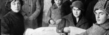 أليكساندرا كولونتاي - أقصى يسار الصورة - التي قادت الجينوتديل منذ 1920 إلى 1921.