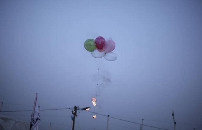 """بالونات حارقة يطلقها فلسطينيون تجاه ما يُعرَف بـ""""مستوطنات غلاف غزة"""""""