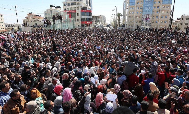 آلاف المعلمين الفلسطينيين أمام مقر السلطة في رام الله