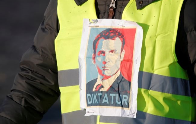 تنازلات ماكرون: انتصار جزئي يفتح آفاقًا جديدة للحركة في فرنسا وخارجها